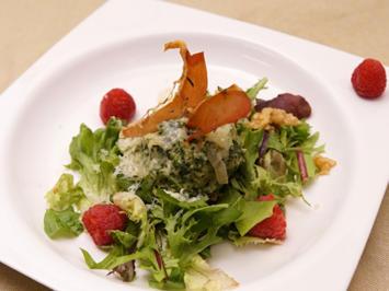 Spinat-Bergkäseknödel mit Thymian-Schinkenchips auf Wildkräutersalat - Rezept - Bild Nr. 2