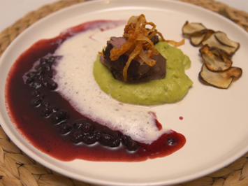 Bergisch Beef auf Erbsen-Minz Espuma, Blaubeer BBQ Soße und Heumilchschaum - Rezept - Bild Nr. 2