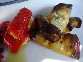 Paprika-Röllchen in Öl und Auberginen-Scheiben gefüllt - Rezept - Bild Nr. 2