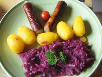 Bratwurst mit Rotkohl süß-sauer und gelben Kartoffeln - Rezept - Bild Nr. 2