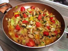 Bratwurst-Pfanne mit frischem Gemüse - Rezept - Bild Nr. 2