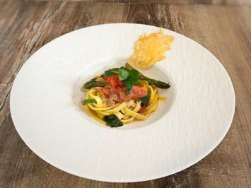 Pasta mit grünem Spargel, Cherrytomaten und Parmesanchip (Martin Rütter) - Rezept - Bild Nr. 2