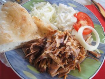 Pulled Pork mit Zwiebeln, Kraut, Zaziki, Tomaten und Fladenbrot - Rezept - Bild Nr. 2