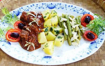 Lammragout mit Petersilienkartoffeln und Bohnen - Rezept - Bild Nr. 2