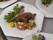 Bockbier-Gulasch vom heimischen Wildschwein mit Brezenknödeln und Spitzkohlgemüse - Rezept - Bild Nr. 2