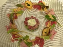 Marinierter Thunfisch mit rosa gebratenem Kalbsfilet und glasierten Zwiebeln - Rezept - Bild Nr. 2