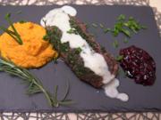 Rehrücken im Kräutermantel auf einem Karotten-Ingwer-Stampf an einem Kohlrabischäumchen - Rezept - Bild Nr. 2