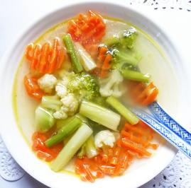 """Klare Spargelsuppe mit Gemüse """"Freising"""" - Rezept - Bild Nr. 2"""