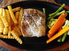 Thunfischsteak mit Pommes, Gemüse und Wasabe-Sambal - Rezept - Bild Nr. 2