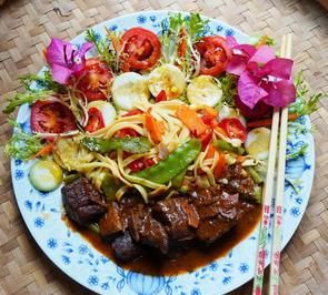 Exotisches Ziegengulasch mit bunten Nudeln und Salat - Rezept - Bild Nr. 2