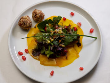 Kunterbunter Salat auf gelber Bete, mit Zuckerrübenbrot und Fetabällchen - Rezept - Bild Nr. 2