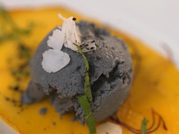 """""""Paint it black""""-Eiscreme auf einem gebackenen Mango-Carpaccio - Rezept - Bild Nr. 2"""