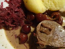 Fleisch, Wild: Hirschrollbraten mit Kirschrahmsauce an Rotkraut und Klose - Rezept - Bild Nr. 3