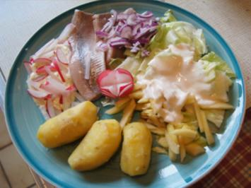 Matjesfilet mit Pellkartoffel-Drillingen und Eisbergsalat - Rezept - Bild Nr. 2