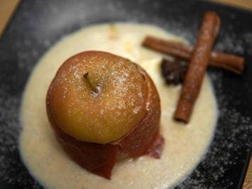 Bratapfel mit süßer Füllung auf Vanille-Spiegel - Rezept - Bild Nr. 3