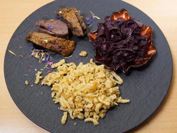 Hirschrücken unter einer Pumpernickelkruste auf Portweinjus, Nussspätzle und Apfelrotkraut - Rezept - Bild Nr. 2