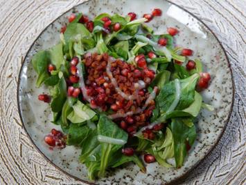 Feldsalat mit Granatapfelkernen und Speckwürfeln an Kartoffeldressing - Rezept - Bild Nr. 2