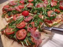 Edelpizza mit Rucola -Tomatensalat und Parmaschinken - Rezept - Bild Nr. 12783