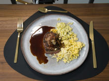 Dry Aged Beef mit Röstzwiebeln und zweierlei Knöpfle an Kalbsjus - Rezept - Bild Nr. 2