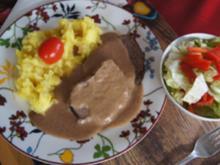 Rindfleisch Burgunder Art mit Sauce, Kartoffel-Sellerie-Stampf und Eisberg-Paprika-Salat - Rezept - Bild Nr. 2