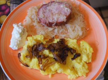 Kassler Lachs auf Sauerkraut mit Zwiebel-Kartoffelstampf und Meerrettichcreme - Rezept - Bild Nr. 2