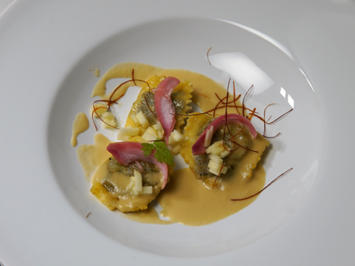 Leberwurst-Ravioli in Apfel-Meerrettichschaum und eingelegten roten Zwiebeln - Rezept - Bild Nr. 2