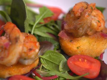 Gambas á Bijagos mit Maniok-Törtchen auf Salatbett - Rezept - Bild Nr. 13776