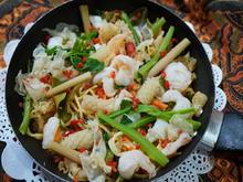 Indonesische Nudelpfanne mit Meeresfrüchten und Eispilzen - Rezept - Bild Nr. 13788
