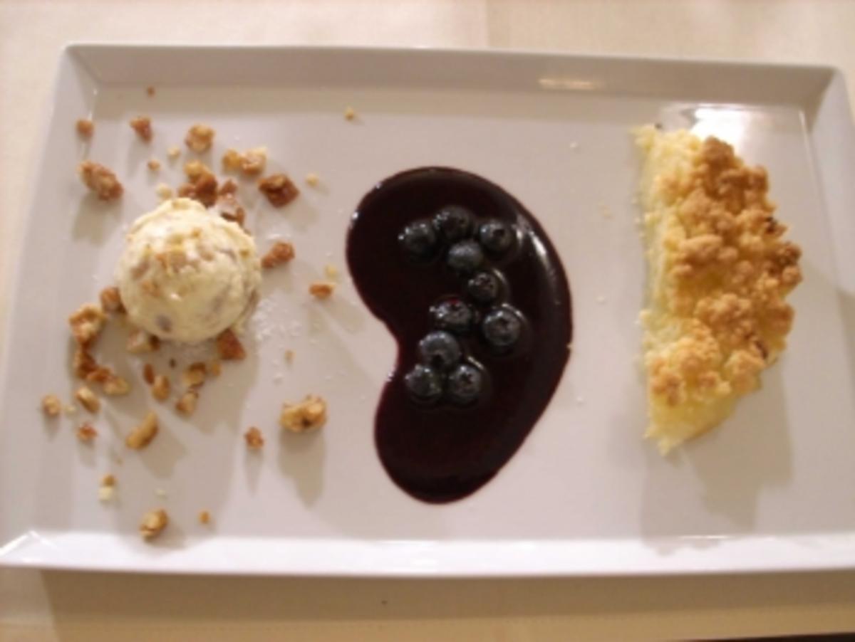 Apple Crumble mit Blaubeersoße, Walnusseis u. -krokant - Rezept By Unter Volldampf