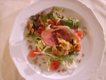 Rezept: Pfifferlinge in Schinkenspeck mit gebratenen Zwiebeln auf Salatbett