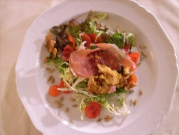 Pfifferlinge in Schinkenspeck mit gebratenen Zwiebeln auf Salatbett - Rezept