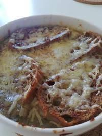 Soupe a l'oignon gratinée - Französische Zwiebelsuppe mit überbackenem Knoblauchbaguette - Rezept - Bild Nr. 2