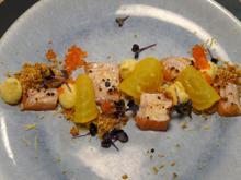 Geflämmter Lachs mit Gelber-Bete-Creme und Parmesan-Crunch - Rezept - Bild Nr. 2