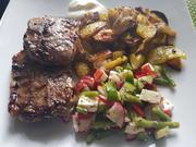 Lammkoteletts mit Ofen-Bratkartoffeln, Bauern-Salat und Schmand-Dip - Rezept - Bild Nr. 14180
