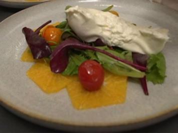 Wildkräutersalat auf Orangencarpaccio mit Burrata und karamellisierten Tomaten - Rezept - Bild Nr. 2