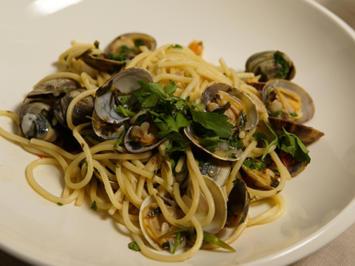 Spaghetti Vongole mit improvisiertem Salat und Almalfi Zitronendressing - Rezept - Bild Nr. 2
