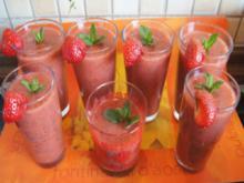 Smoothie mit Erdbeeren, Bananen, grünen Äpfeln und frischer Minze - Rezept - Bild Nr. 2