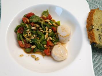 Geröstete Jakobsmuscheln an Feldsalat mit Pinienkernen und Kürbiskernbrot - Rezept - Bild Nr. 14309