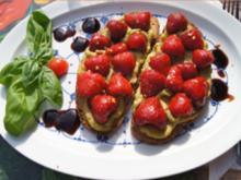 Gebackenes Bauerbrot mit Avocado-Ziegenkäse-Belag und Erdbeeren - Rezept - Bild Nr. 14309