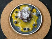 Cheesecake im Schokomantel an Mango-Spiegel und Beeren - Rezept - Bild Nr. 2