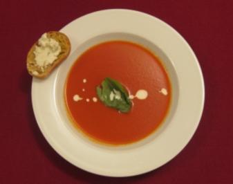 Rezept: Tomatensuppe mit Schafskäse-Croutons