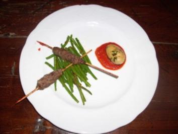Hackspieß an gebratenen grünen Bohnen mit Tomaten-Buttersoß - Rezept