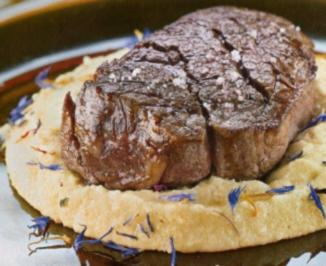 Gegrilltes Rinderfiletsteak auf Cremé-Polenta - Rezept