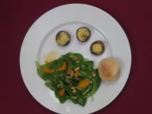 Feldsalat an Mandarinen-Dressing mit gefüllten Champignons und Brötchen - Rezept