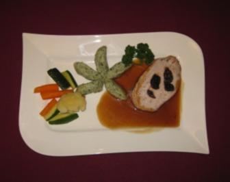 Schweinekotelett im Speck-Mantel mit getrockneten Pflaumen, Klößen und Gemüse - Rezept