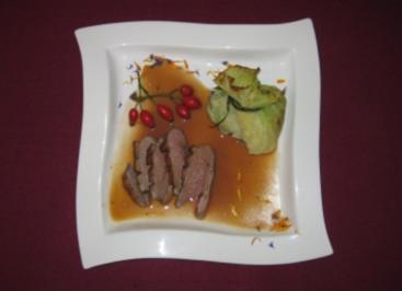Entenbrust mit Hagebutten-Soße und Kartoffel-Wirsing-Päckchen - Rezept