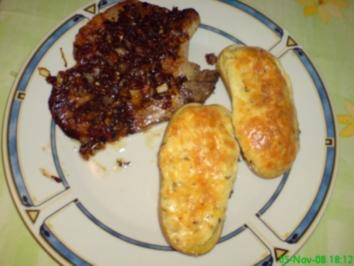 Überbackene Kartoffeln mit würzigen Kräuterkoteletts - Rezept
