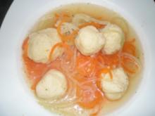 Bouillon mit Gemüse-spaghetti und Grieß-Klößchen - Rezept