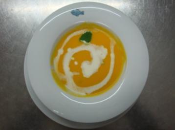 Orangen-Karottensuppe mit Mascarpone und grünem Pfeffer - Rezept