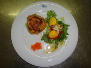 Blätterteigquiche mit Zwiebeln, Muscheln und Garnelen an Salatbett - Rezept